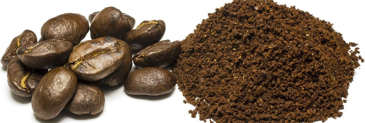 Kaffeebohnen und gemahlene Kaffeebohnen